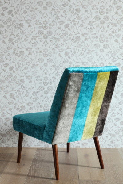 Gibson Chairの背面は、フロントと同じ光沢のある布ながら太いストライプ柄。 フロント面のクロコダイル柄とは違ったモダンさで、 2つの表情の違いを楽しむことができます。