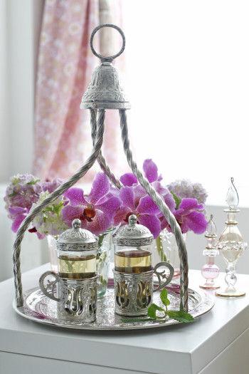 アラブの香水瓶を添えて飾ってみました。