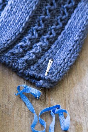 ニットの端と端を合わせて 編み目にゴム通しを通す。 ゴム通しの穴にリボンを通して引き出す。