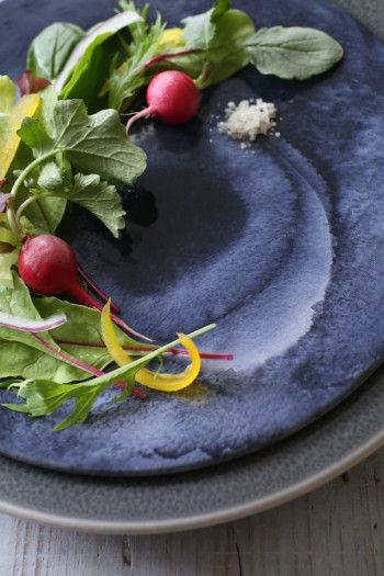 鮮やかさをおさえた色み(低彩度)のトーンは 主張しすぎないので、お料理の彩りを引き立て 美しく見せる効果があります。 ダークトーンのプレートは、鮮やかな色のお料理を包み込むベースカラーに。 ☆ELLE a table 5月号を参考にさせていただきました。