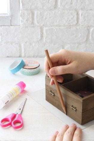 2.レターセットに入っていた厚紙に、木箱をのせて形を書き写します。