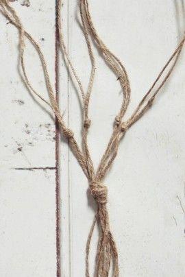 2本ずつ最初の結び目から5cmくらいのところで結びます。