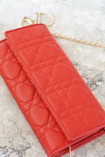 赤色は情熱・行動力をUPさせるパワーの色ともいわれています。 金運に良いとされるゴールド色のチェーンは取り外し可能。 アクセサリー感覚でお財布をお洒落に持ち歩けて便利。
