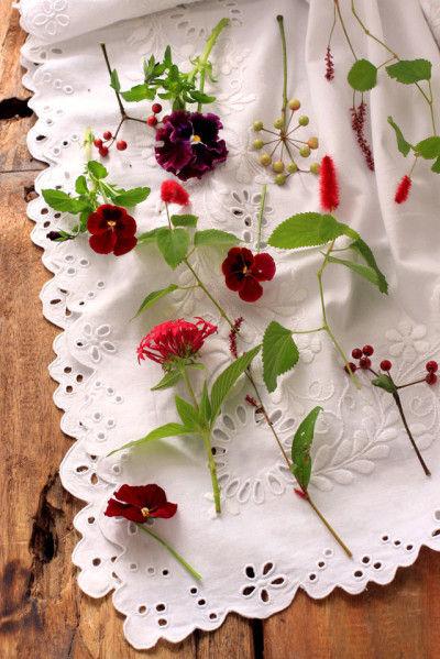 集めた花の種類は ビオラ、キャットテイル、ペンタス、イヌタデ、南天、など・・・
