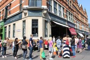 マーケットのアーケードの外に出たら そばにある有名コーヒーショップに ぐるっととりまくように行列ができていて、 びっくり!