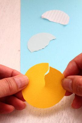 色画用紙でアイスの部分をつくります。丸くカットした紙の真ん中を手でちぎります。手でちぎった方が味がでます