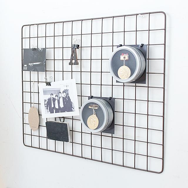 100均収納術! 「子どものメダル」を飾る壁面収納アイデア