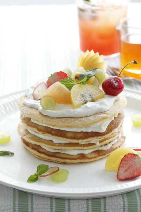 果物とヨーグルトクリームの段々パンケーキ