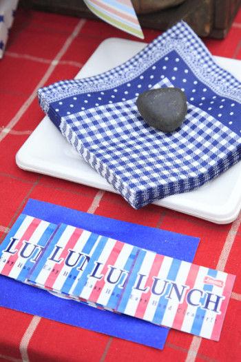 紙ナプキンは、アウトドアでは風で飛びやすいので 庭にある小石を重石代わりに載せて。
