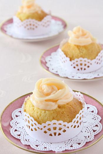 カップケーキを手作りのラッパーでドレスアップで