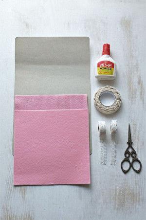 【材料】フェルト1色数枚(今回は4枚使用)、レースシール数種(今回は5種) 厚紙、ボンドまたはグルーガン、はさみ