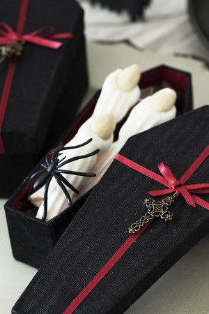 棺桶の形のカルトナージュボックスに 指の形に作ったメレンゲをディスプレイします。 指の形のメレンゲは、 とてもこわい形ですが、さくさくと美味しいです。