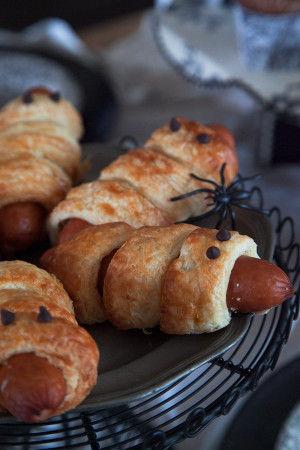 芋虫のようなパンも用意します。 ウィンナーとデニッシュ生地を使ったパンに チョコチップで目をつけます。 お子さんも喜びそうなおもしろい芋虫パンに変身~