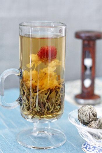 背が高いグラスなら、 茶葉が開き、花が浮かび上がる様子も楽しめます。 白いジャスミンの花輪の先端に 千日紅がついて、とてもきれいです。 輪には無限という意味も含まれ、 とても縁起がいい形といわれています。