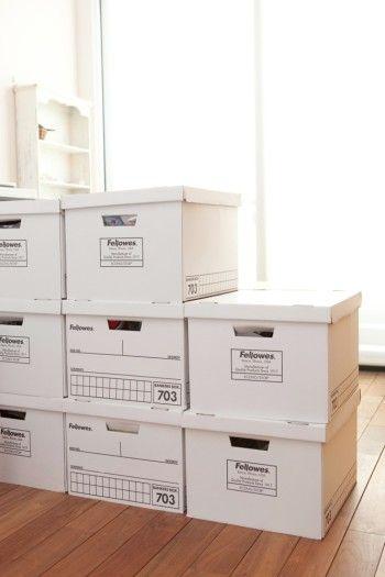 間仕切りにしているバンカーズボックスには、スタイリングに使う雑貨や下地などを収納。ものがふえても対応できるのもポイント。