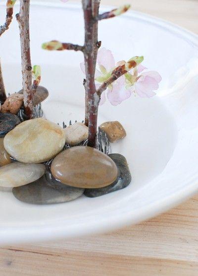 枝の足元は ミニ剣山を隠すように 小石を置きます。