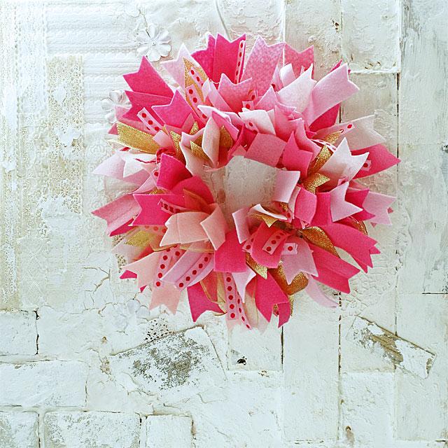 リボンをワイヤでとめるだけ。ずっと楽しめるValentine Wreath