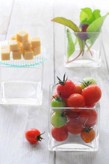【材料】 ミニトマト、キュービックチーズ、ベビーリーフ 【作り方】 切り離さないよう十字にカットしたトマトに、チーズをはさみ、イタリアンパセリを飾る。ベビーリーフの上に載せる。