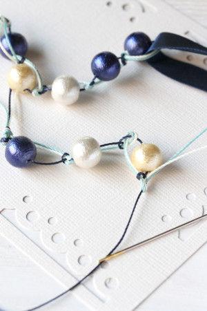 カラフルな色揃えが楽しい、ナイロン糸(TOHO Amiet)と、 バイアステープを使えば、金具なしで簡単に 個性的なネックレスが作れます。
