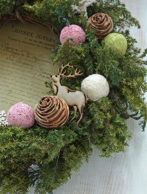 トナカイや木の実のパーツを加えれば、 クリスマスらしいリースに。
