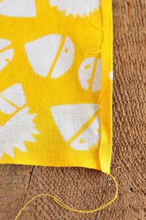 その状態で折り目から数mmの部分を ミシンでダーーーッと縫ってしまいます。