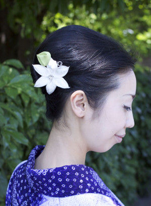 夏の浴衣姿、髪に一輪の花をあしらうことは、 見た目にも華やかで、心がうきうきしてきます。