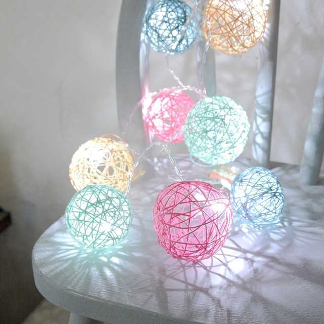 カラフルに染めたタコ糸を使って、100均の電飾をおしゃれに変身♪