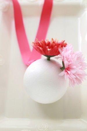 お花をランダムに好きなように挿していきます。 ボンドを使うと、すぐであれば挿し直すことも可能ですのでボンドを使ったほうがいいかも~。