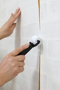 壁紙の継ぎ目はローラーでコロコロすると目立たなくなります。もし、両面テープの収まりが悪いときは、補修用の糊を塗ってからコロコロすると収まりました。