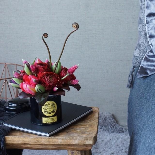 【冬の花色配色】赤&チョコレート色 紅茶の空き缶を使って!花あしらいのコツ