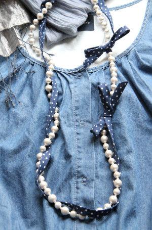 水玉模様のバイアステープを、結び始めと結び終わりに 蝶結びをしてネックレスにからめます。 カジュアルな洋服にも合わせやすくなりますね。