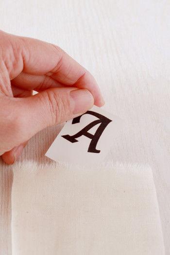 イニシャルをプリントアウトしたものを切り取り 袋の中に入れます。 文字下の余白を、袋の底辺から文字下の寸法にしておくと どの袋にも同じ高さにイニシャルが入られます。