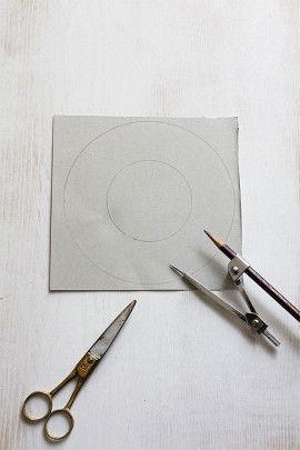 1.厚紙にコンパスで円を描き、 (外側直径15cm・内側直径7.5cm) はさみで切り抜きます。