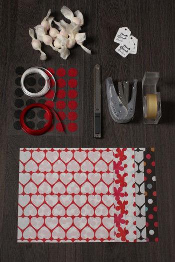 折り紙(15cm×15cm)、サテンリボン、シール、タグ、ホッチキス、セロテープ、カッター、和三盆糖菓子を用意します。