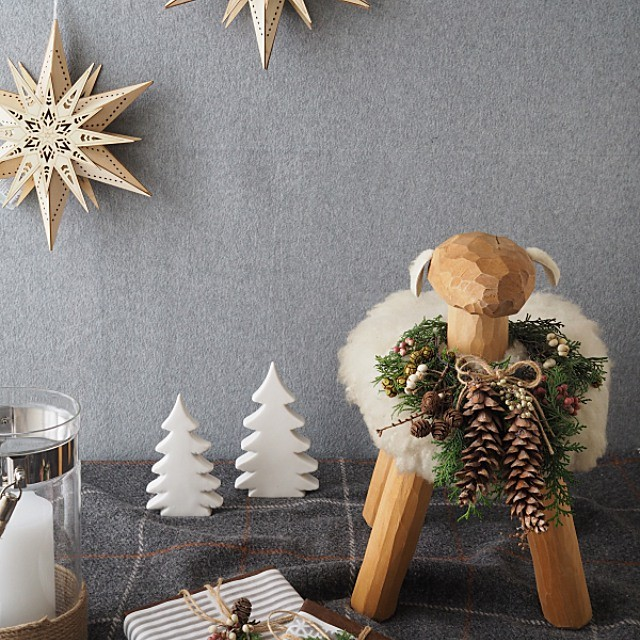 お気に入りの羊のスツールをクリスマス仕様に