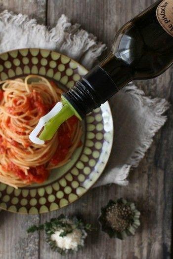 こちらはシンプルなトマトパスタに新鮮なエクストラヴァージンオイルをまわしかけて♪ 仕上げに、おろしたてのパスメザンチーズと 挽きたての胡椒を振りました。 シンプルなパスタでも、新鮮なオイルをかけるといちだんとおいしくなるはずです。