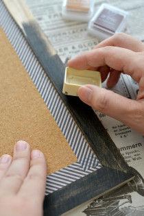 スタンプ用のインクパッドを使って木の枠部分を黒く塗ります。スタンプ用のインクパッドは準備や後片づけがラクなのが良いところ。