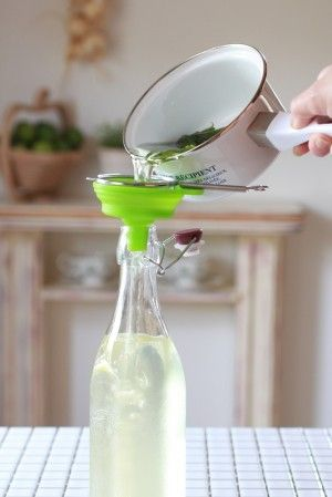 粗熱が取れたら、煮沸消毒した空き瓶に こしながら入れます。