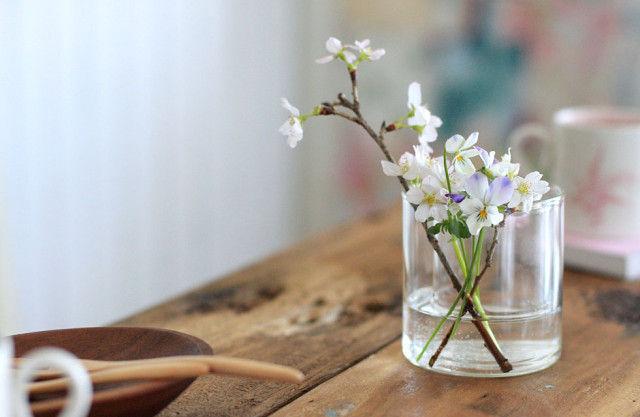 2つのグラスを重ねて花活け~カフェ・スタイルで