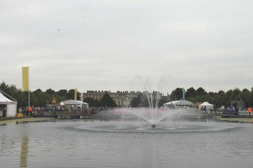 正面の奥に見えるのが、宮殿の建物。