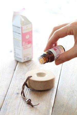 使用前に、 くぼみにオーガニックのブレンドオイルを数滴たらし、 香りを染み込ませます。