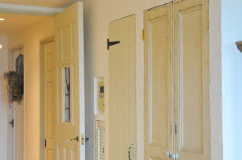廊下に面した収納の扉もアンティーク。 ひとつひとつ個性があるので ずらりと並んだドアも 美しいシーンになっています。