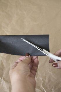 重ねたまま、白線を参考にハサミで斜めに切り込みを入れます。
