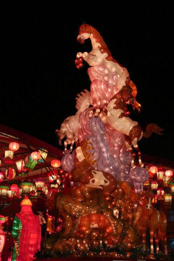 ランタンフェスティバルでは毎年干支の大型ランタンオブジェが登場。 今年のメーンオブジェは『天馬 奔騰(てんまべんてん)』