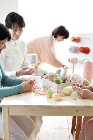 一つの糸をそのまま編むこともできますが、 気の向くままに組み合わせて、 オリジナルな糸を作ることもできます。