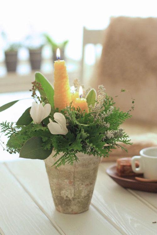 蜜蝋の手作りキャンドルとフレッシュグリーンのアレンジ