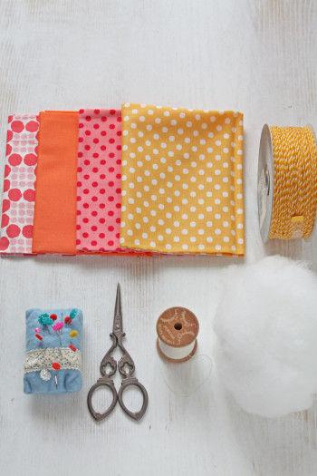 厚紙、お好みの布、綿、紐、 針&糸、はさみ