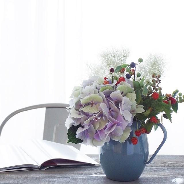 【夏の花色配色】スモーキー色の紫陽花に似合う花選び、花瓶の色合わせのコツ!