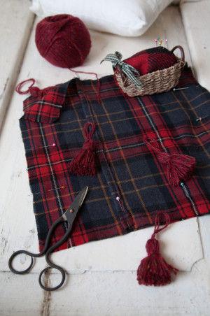 こちらはタッセルを毛糸で作って、四隅に入れています。 市販のタッセルを使ってもOK。