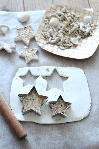 1.紙粘土を6~8mm程度の厚さに伸ばします。 あまり薄いと乾いたときに反り返ってしまうので、少し厚めの方が作りやすいです。